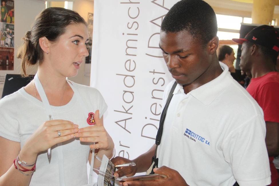 Valeria im Gespräch mit Student im DAAD-Informationszentrum