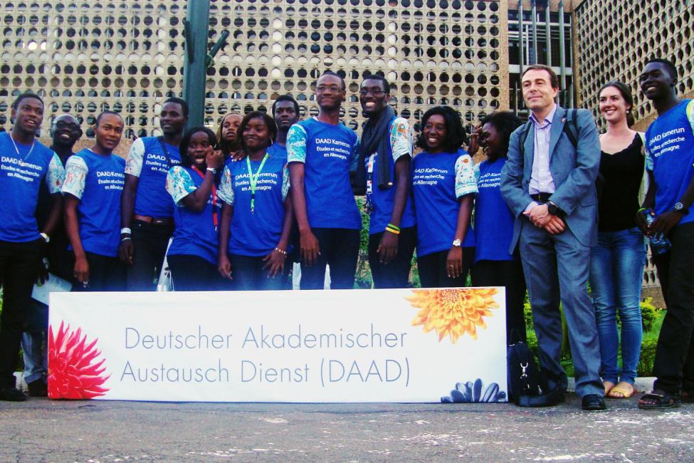 Valeria und Studenten vor dem DAAD-Informationszentrum in Yaoundé
