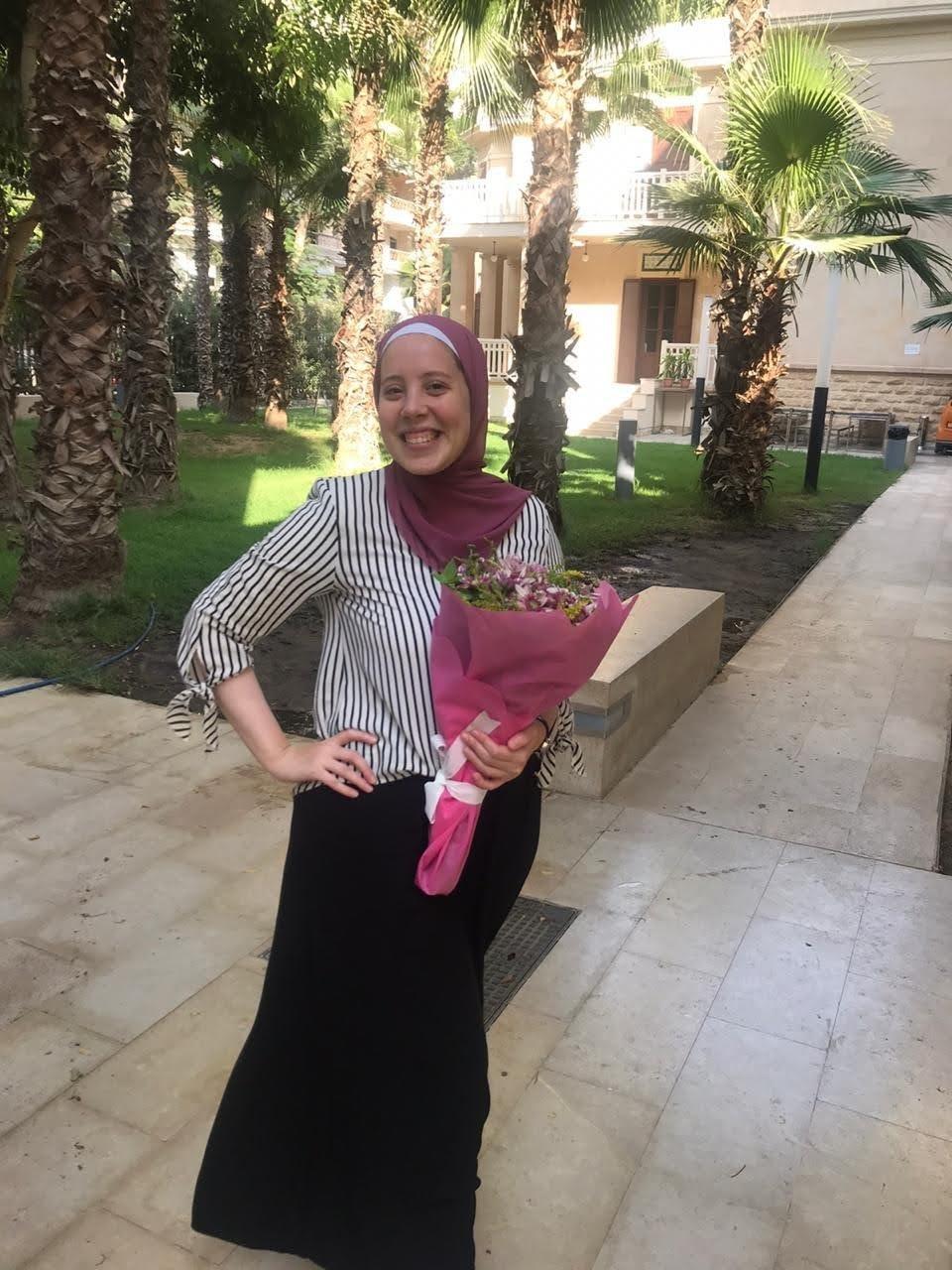 Bild von Alaa Mustafa mit Blumenstrauß in der Hand