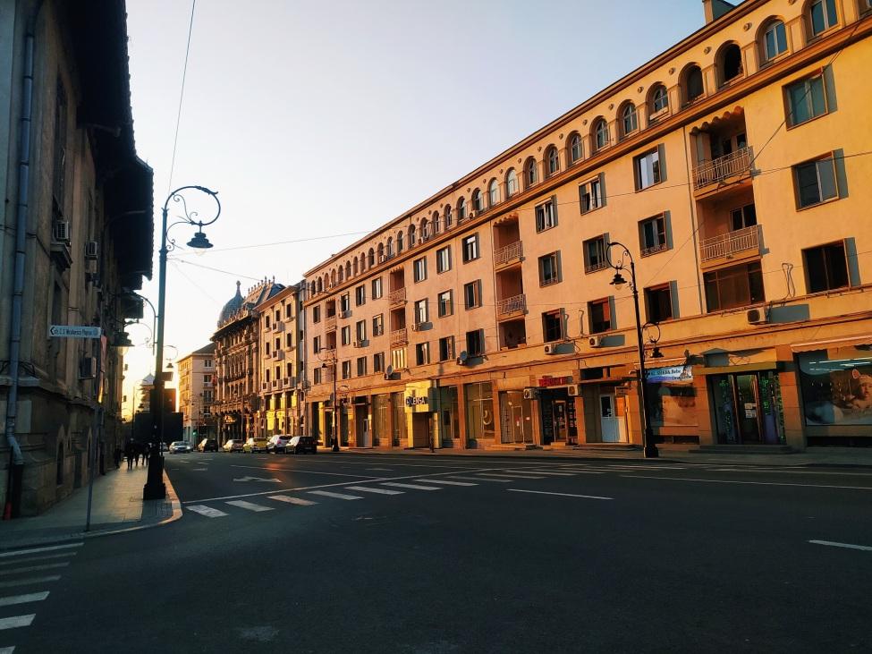 Blick auf eine Straße mit alten Häusern im Abendlicht