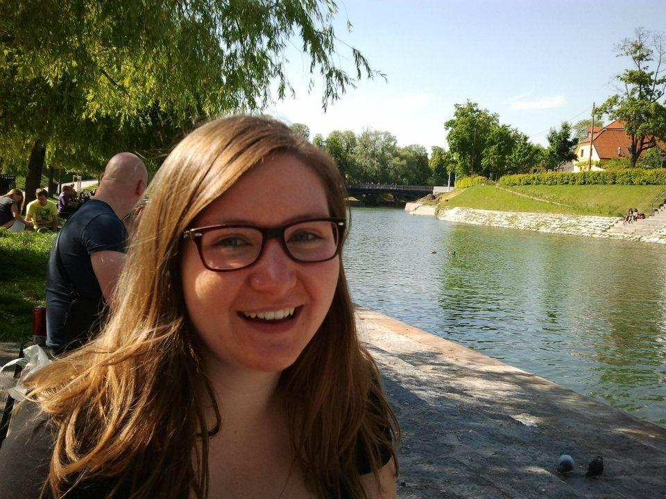 Portrait von Annabelle vor einem Fluss