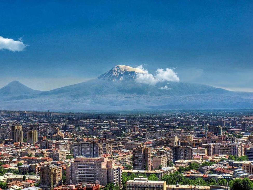 Blick auf Jerewan im Hintergrund ein großer Berg, dessen Gipfel Wolkenverhangen ist