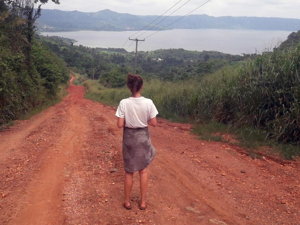 Deborah betrachtet das Naturpanorama Ghanas