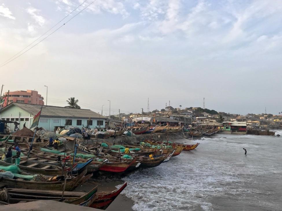 Blick auf Cape Cost, eine Bucht mit vielen am Stand liegenden Booten.