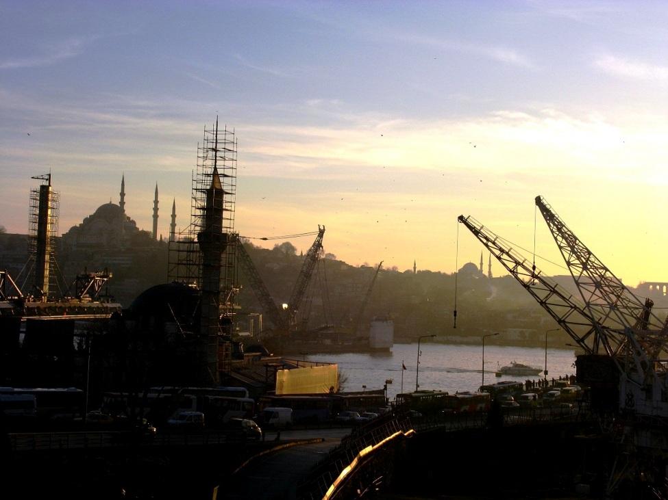 Blick auf Istanbuler Hafen bei Sonnenuntergang