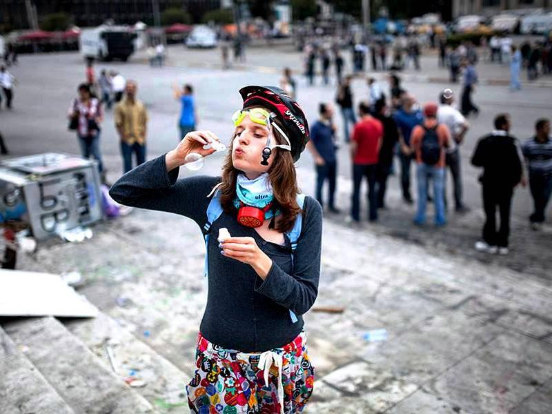 Frau bläst Seifenblasen auf der Straße in Istanbul