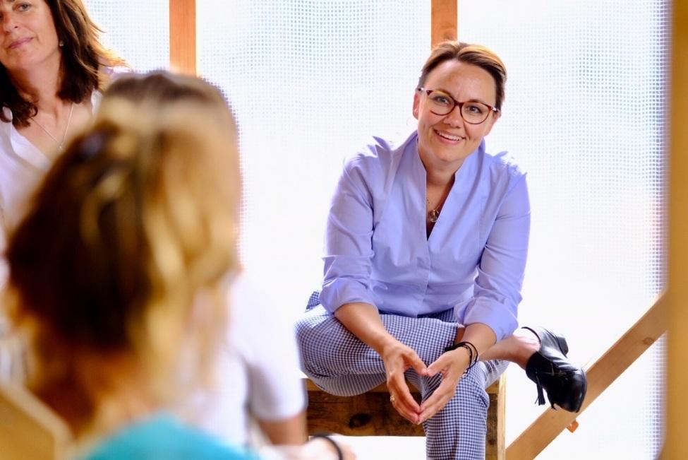 Michelle Müntefering im Gespräch mit Freiwilligen