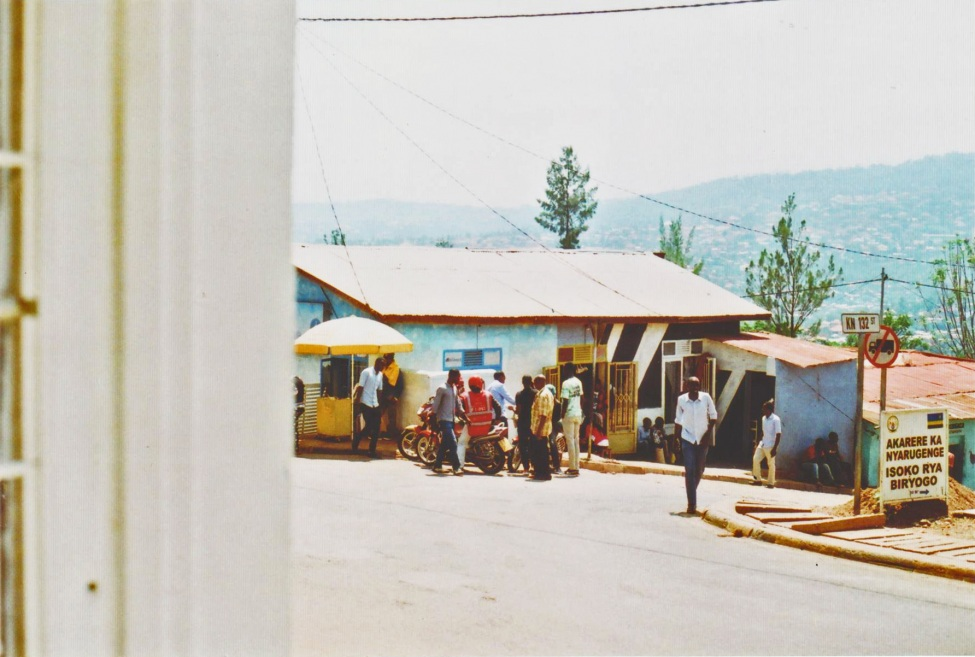 Blick aus dem Fenster auf eine Straßenszene in Kigali