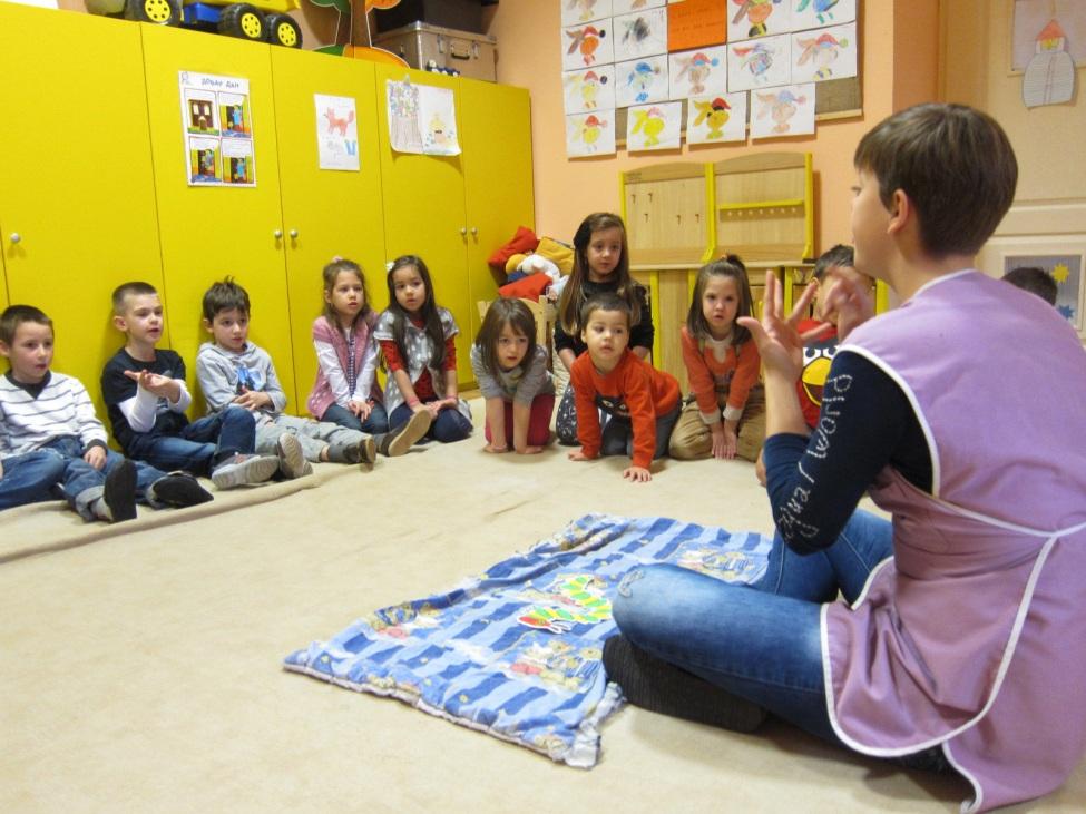 Lisa Santjer beim Unterricht im Kindergarten