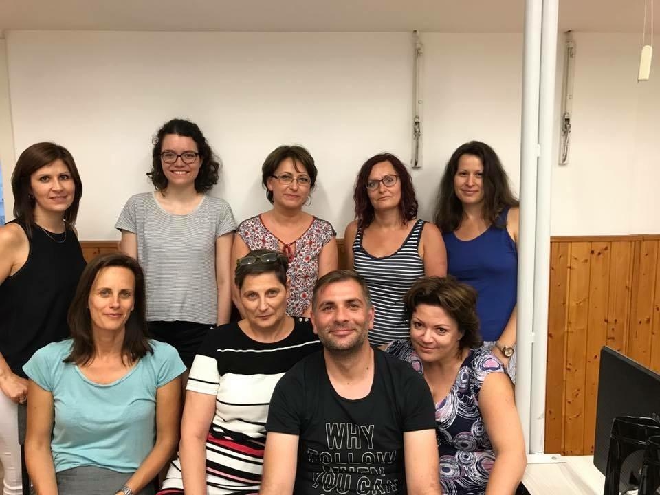 Isabella (2.te von links) ihre Kolleginnen und ein Kollege posieren für ein Gruppenbild