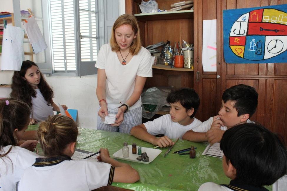 Stéphanie bei der Arbeit mit Kindern
