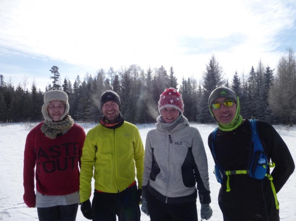 Maren Becker mit Freunden in schneebedeckter Landschaft
