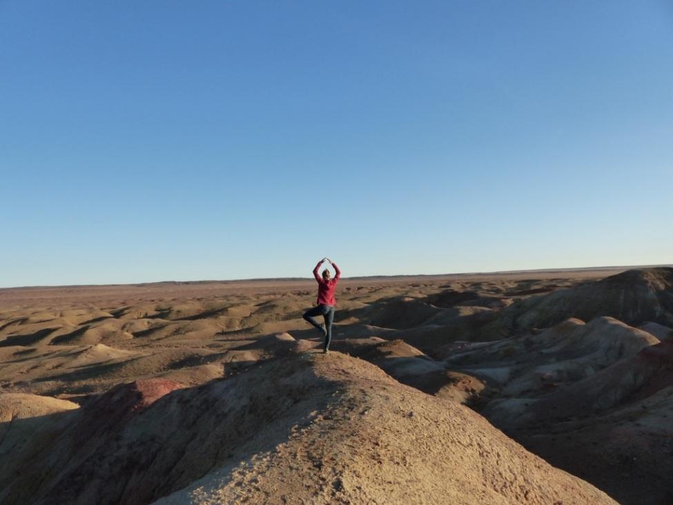 Maren Becker macht Yoga in der mogolischen Steppe