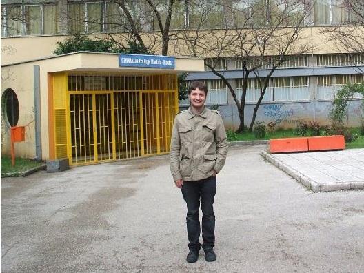 Moritz Lüttich vor seiner Schule in Mostar