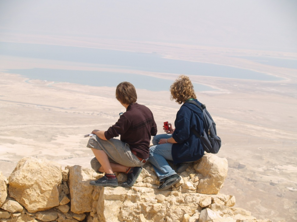 Valentin Schmehl und andere Freiwillige blicken über die Wüste