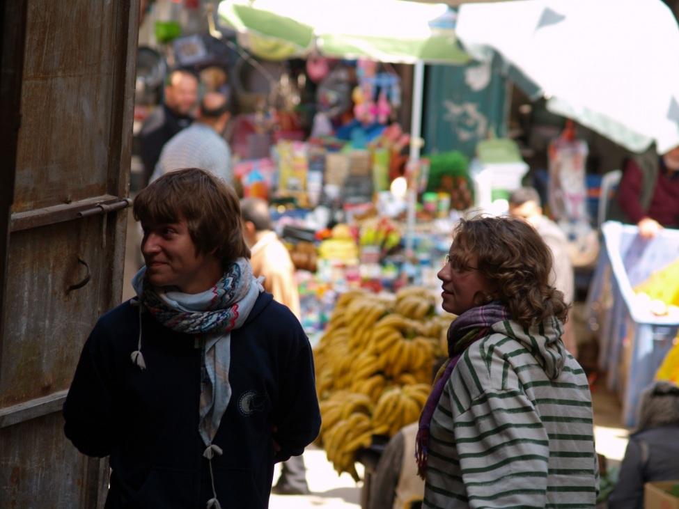 Valentin Schmehl und andere Frewillige auf einem Markt in Palästina
