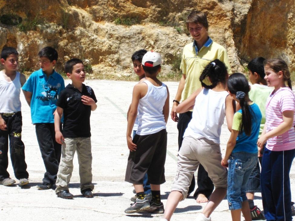 Valentin Schmehl mit Schülern in Palästina