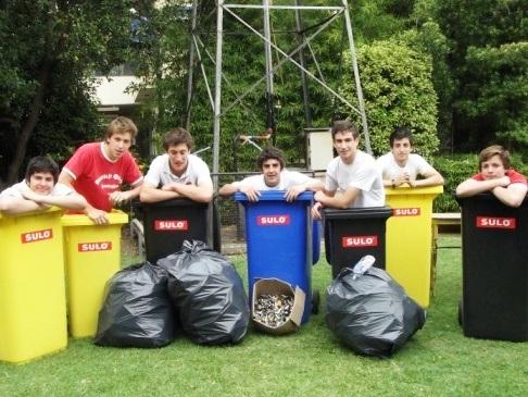 Schüler des Umweltbildungsprogramms in Argentinien hinter bunten Mülltonnen