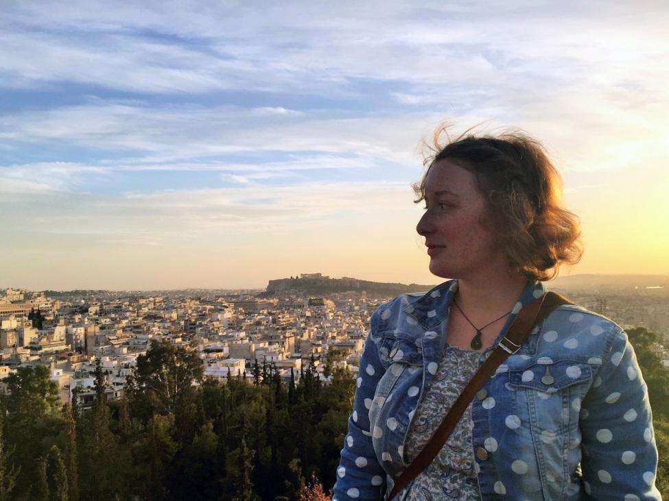 Halbportrait von Maria. Im Hintergrund Athen bei Sonnenuntergang