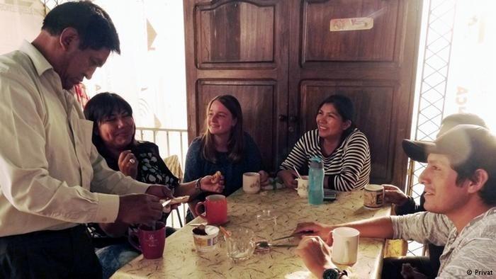 """Saskia beim Redaktionstreffen von CEPRA, dem """"Zentrum für radiophone Produktion und Weiterbildung"""", sie und ihre Kolleg*innen sitzen um einen Tisch"""