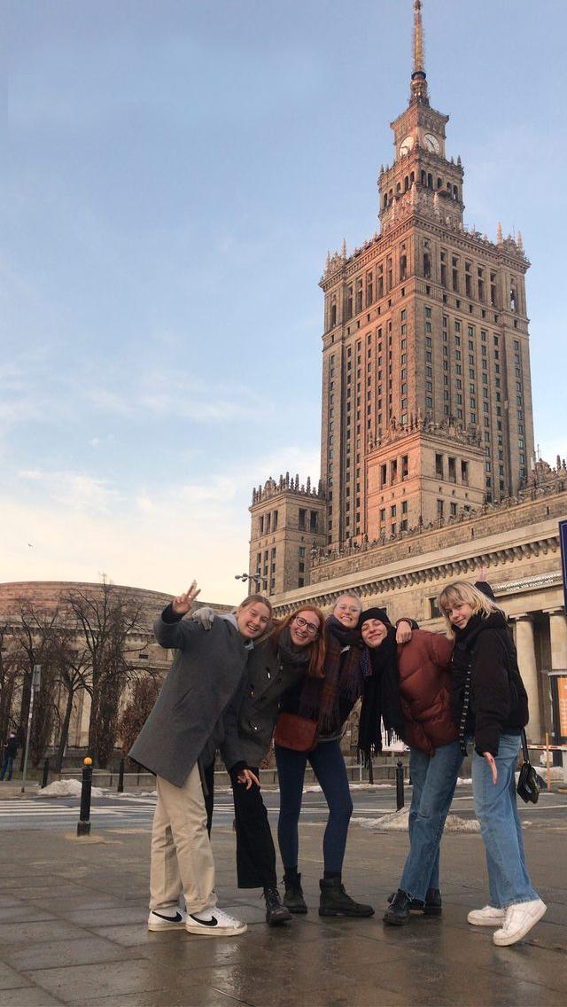 Viven und andere Freiwillige in Warschau vor dem berühmten Kulturpalast in Warschau.