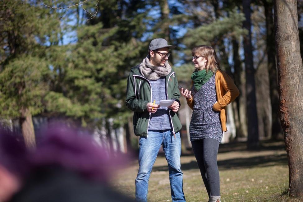 Zwei Freiwillige unterhalten sich auf dem kulturweit-Vorbereitungsseminar am Werbellinsee.