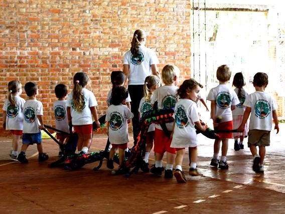 Lena mit ihren Schülern in der Schule