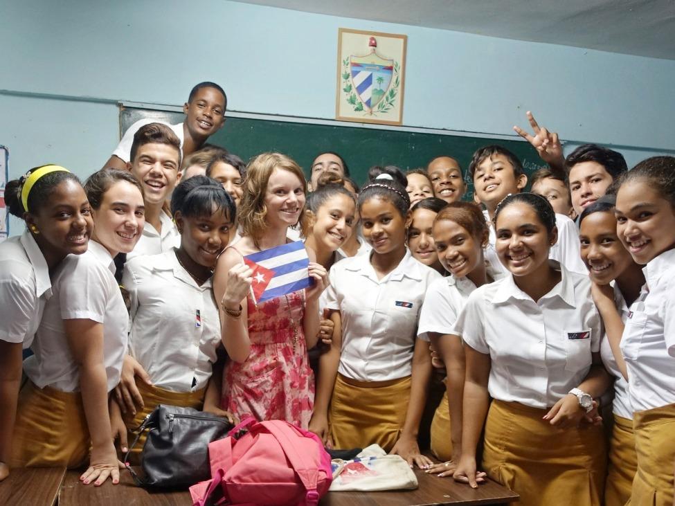Karen mit Schülerinnen in einer kubanischen UNESCO-Projektschule