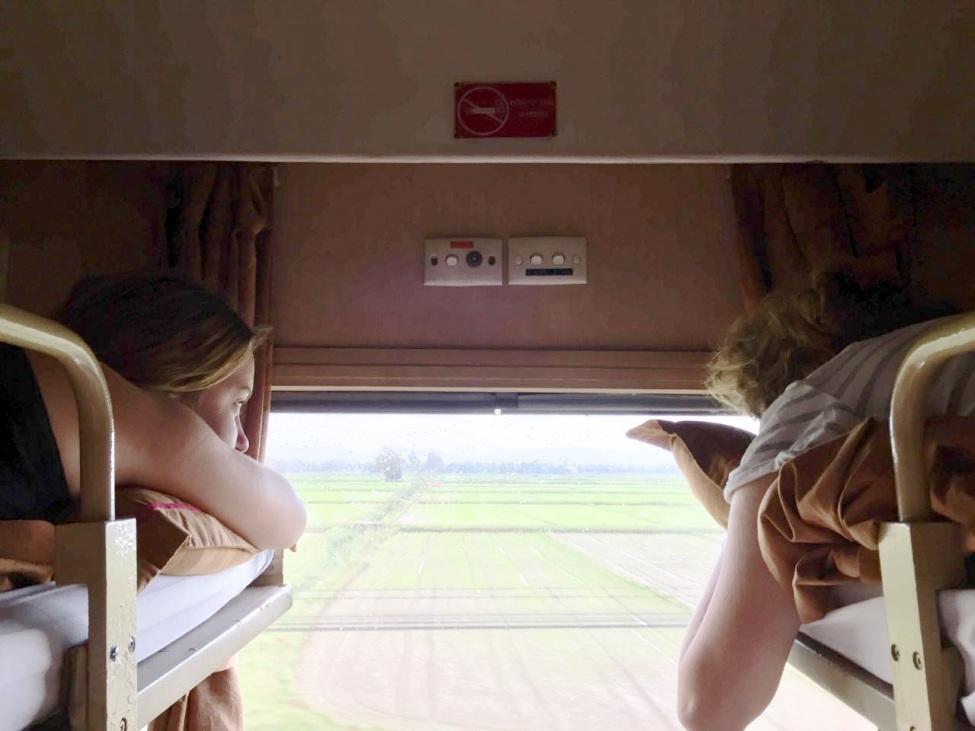 Leonie und eine andere Freiwillige im Schlafwagen eines Zuges