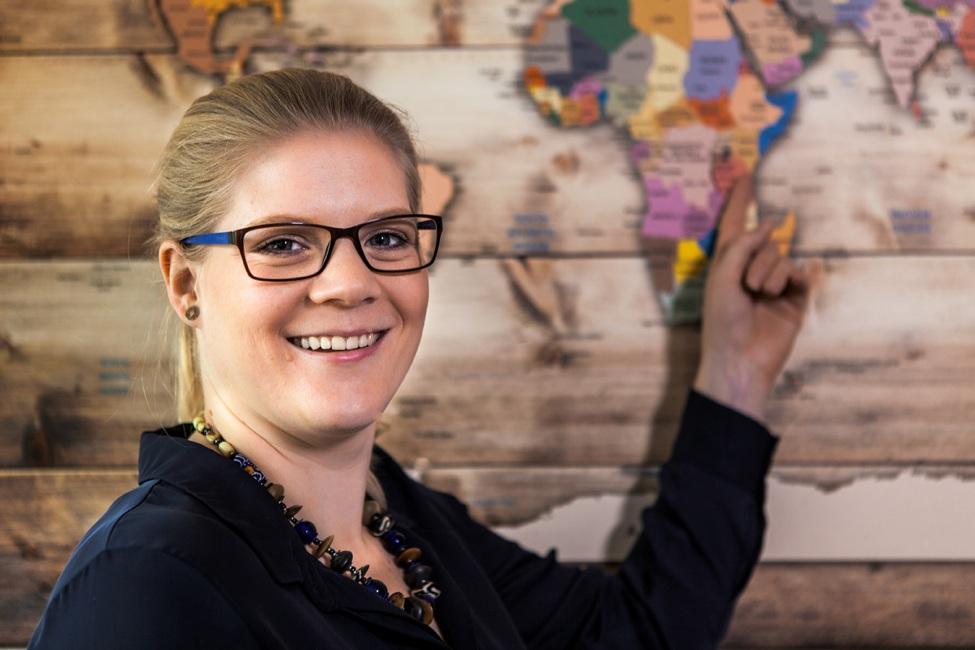 Vanessa van den Hövel vor einer Weltkarte