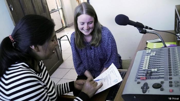 Saskia gewinnt viele Einblicke in die Radioproduktion, eine Kollegin und Saskia sitzen vor einem Mikrofon