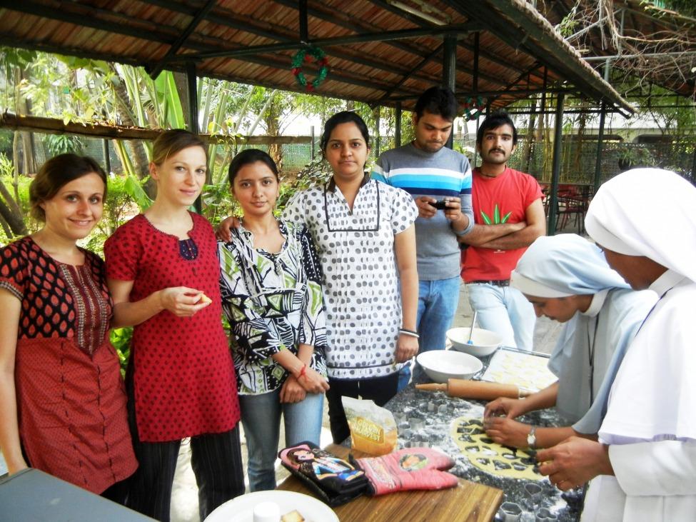 Sophie mit Kolleg*innen und Freund*innen in Pune