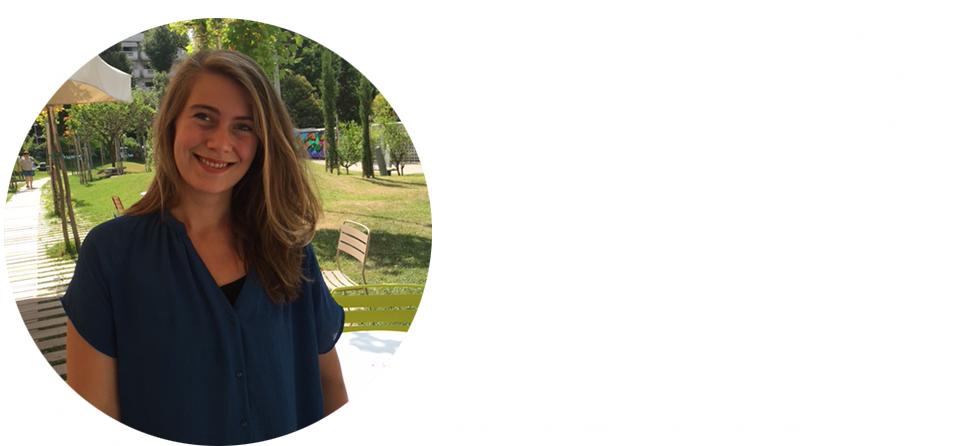 kulturweit-Freiwillige Laura Mangels steht im Garten des Goethe-Instituts Thessaloniki.