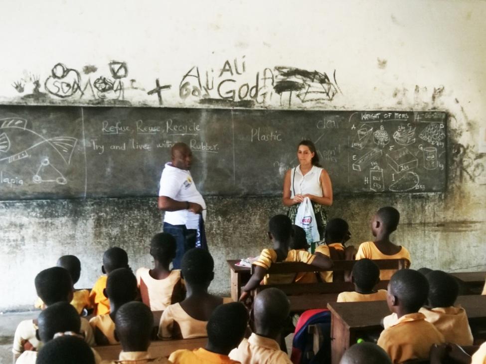 Zaira stellt ihr Projekt vor den Schülern einer Schulklasse vor