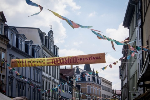 Banner des Rudolstadt-Festivals in der Innenstadt