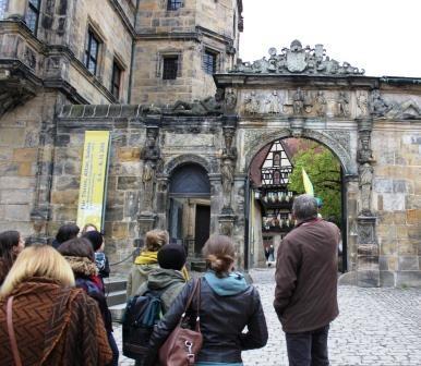 Ein Gruppe von Menschen betrachtet ein Gebäude.