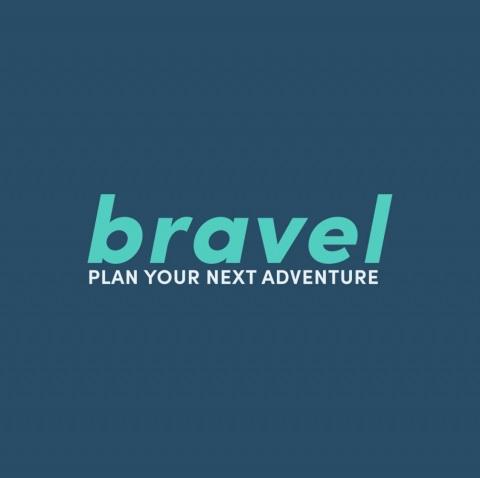 ein Blaues Feld auf dem in hellblau der schriftzug: bravel plan your next adventure steht