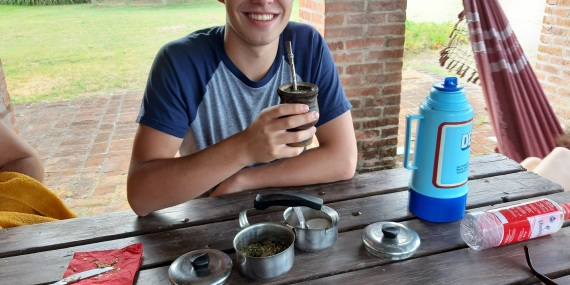 Paulo Glowacki trinkt Mate Tee
