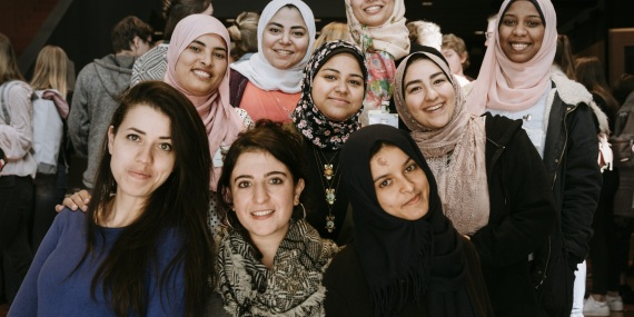 Neun junge Frauen des kulturweit-Incoming-Projekts beim Gruppenfoto.
