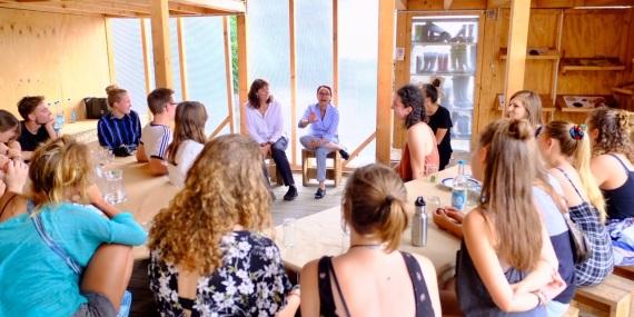 Michelle Müntefering und Sarah Darwin im Gespräch mit Freiwilligen