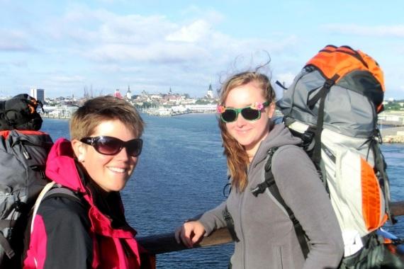 Sabrina Busse mit einer Freundin auf einer Brücke in Vilnius