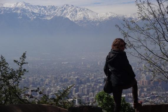Karen Ranke vor Santiago de Chile Panorama, im Hintergrund ein großer Berg