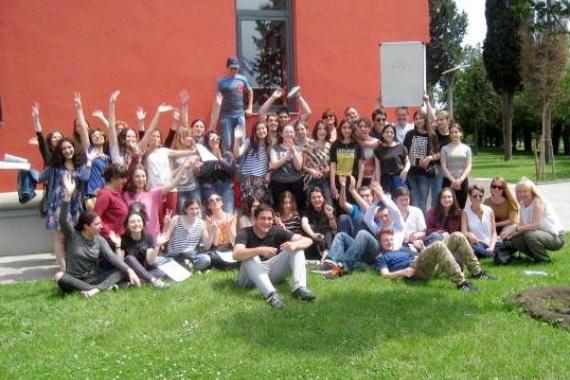 Selina Vogel mit Schülern und Schülerinnen auf einem Gruppenbild