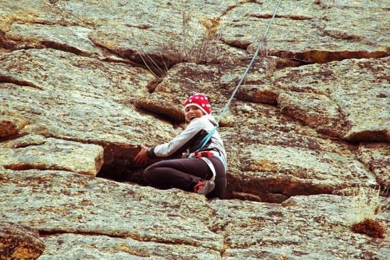 Maren Becker beim Klettern an einer Felswand