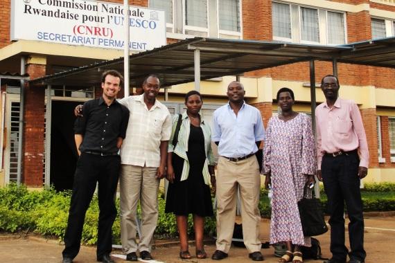Linus Lüring mit Kolleg*innen vor der UNESCO-Nationalkommission in Kigali