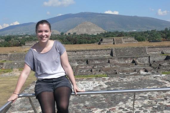 Wendy König vor Maya Tempeln in Mexiko