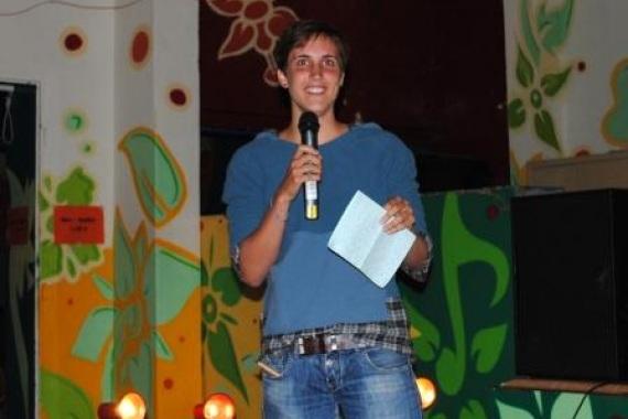 Amelie mit Mikrofon in der Hand beim Vorbereitungsseminar am Werbellinsee
