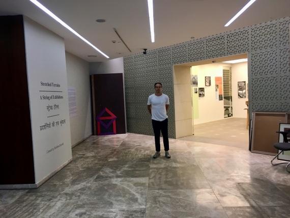 Elias  steht in einem Ausstellungsraum
