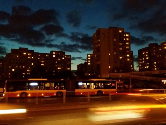 Blick auf belebete Straße in Warschau nachts