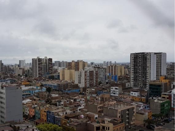Das Bild zeigt die verschieden farbigen und unterschiedlich hohen Hochhäuser Limas